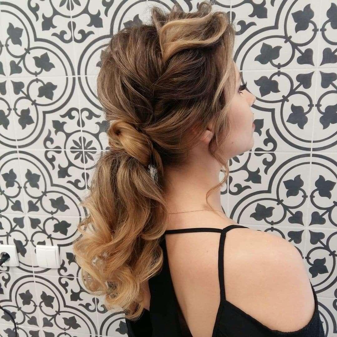 fryzury na wesele włosy średnie jako gosc
