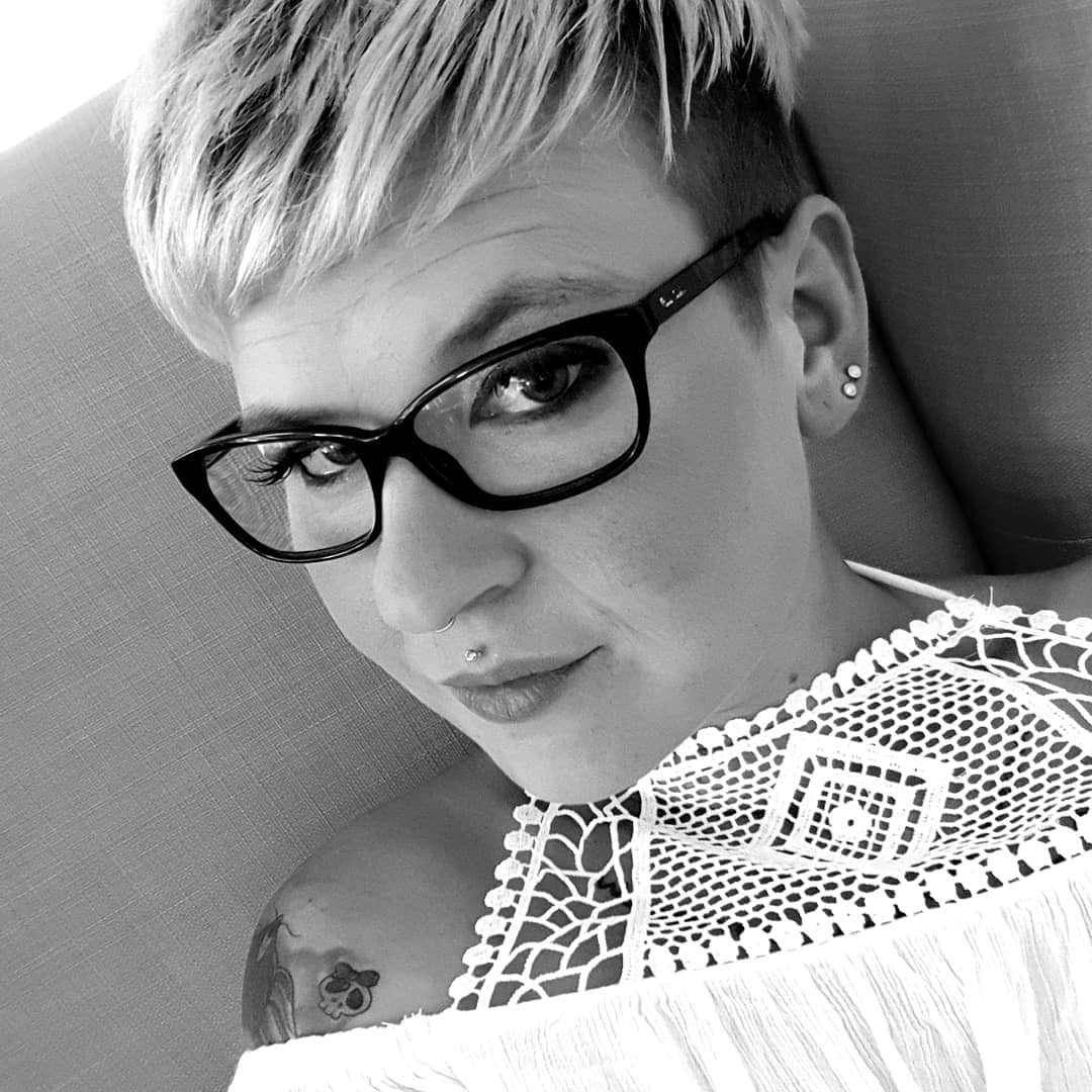 Piórkowana blond fryzura pixie cut
