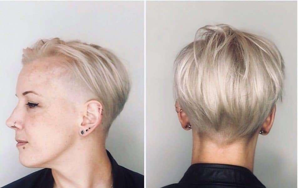 Fryzura typu pixie cut w platynowym blondzie
