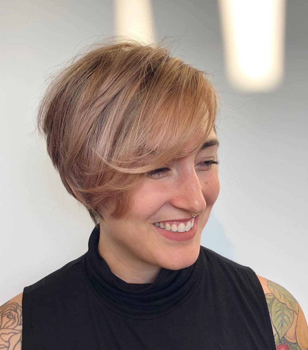 pixie cut z bardzo krótkimi włosami