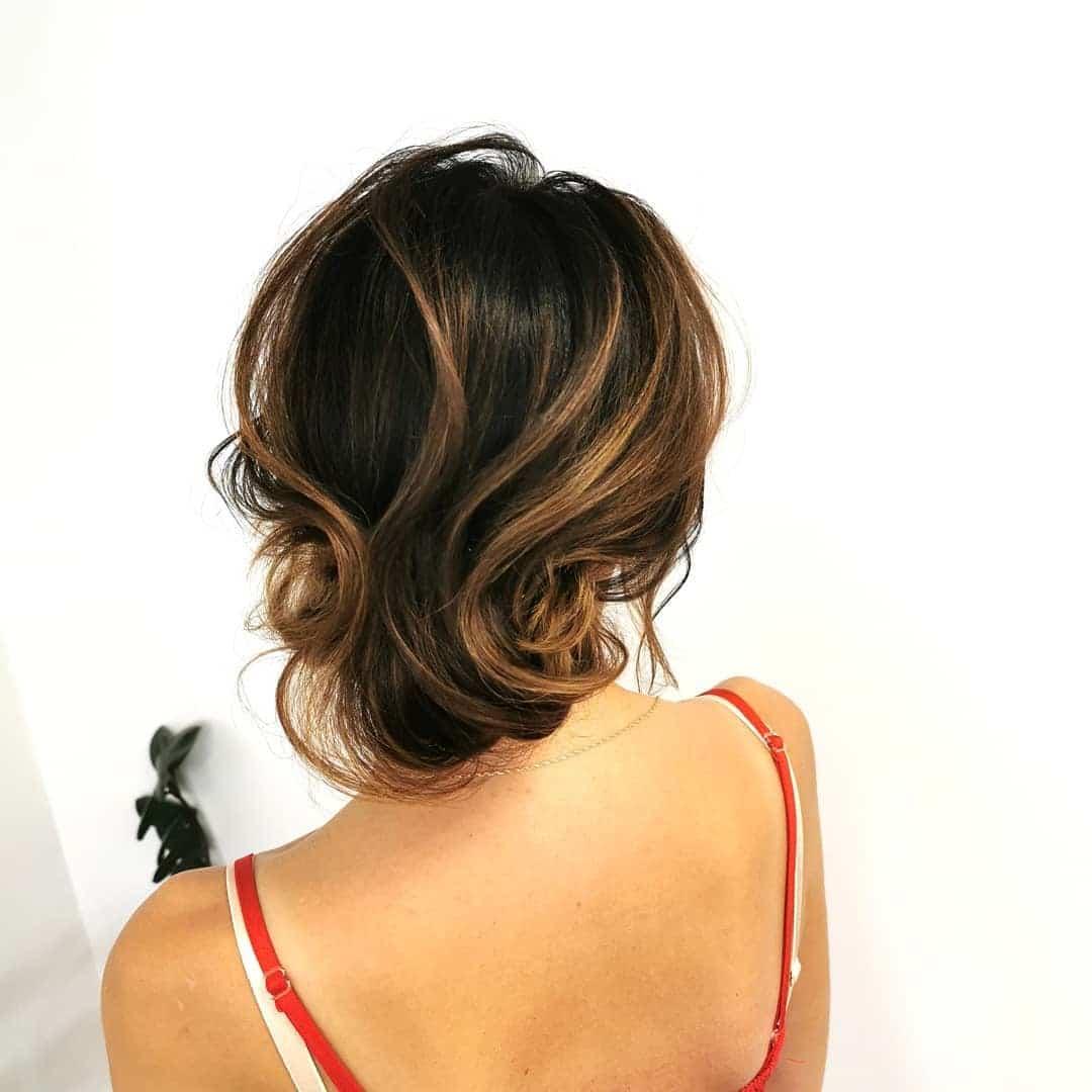 fryzury na wesele włosy średnie