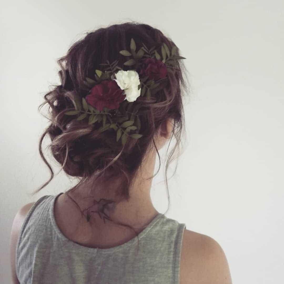 Niski, skręcony kok z kwiatami