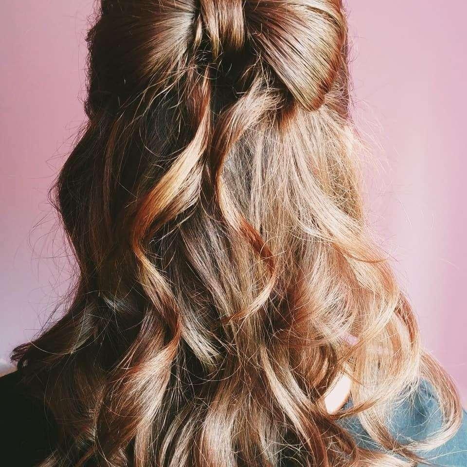 fryzury na wesele loki włosy średnie