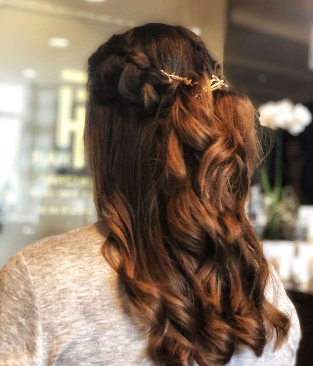 upięcia włosy do ramion