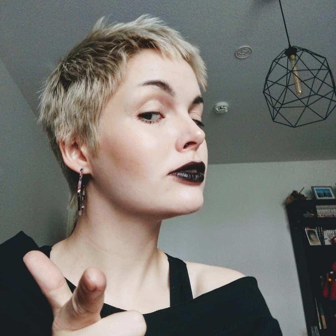 krótkie fryzury wyszczuplające twarz okrągłą
