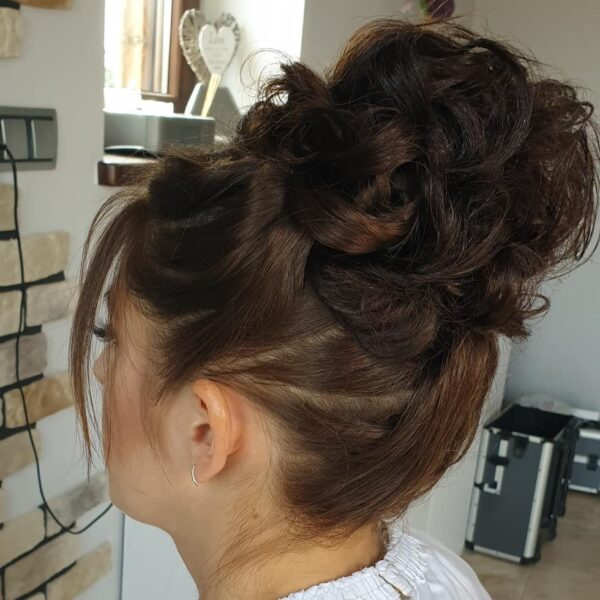 fryzura na wesele włosy do ramion