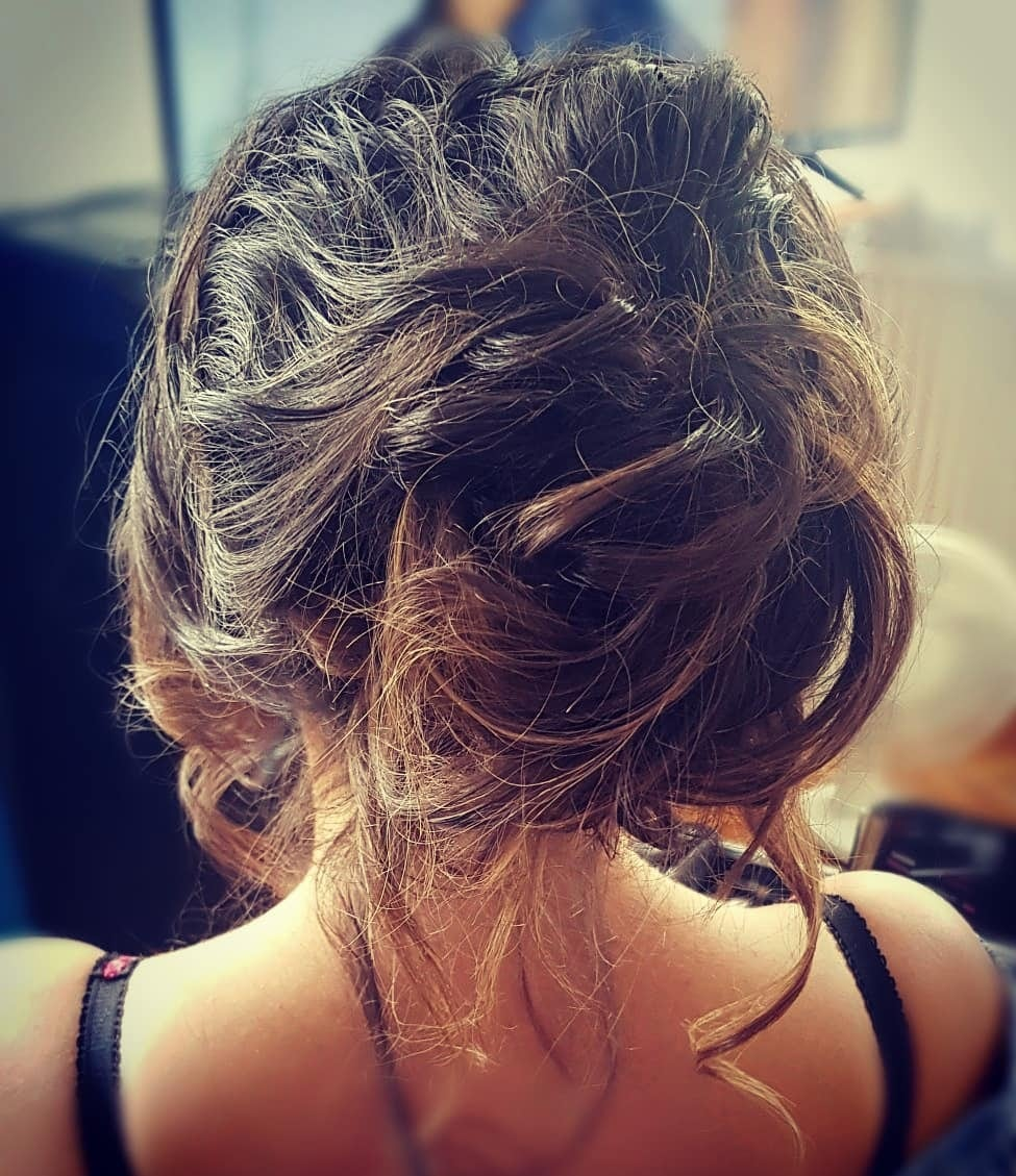 fryzury włosy do ramion upięcia