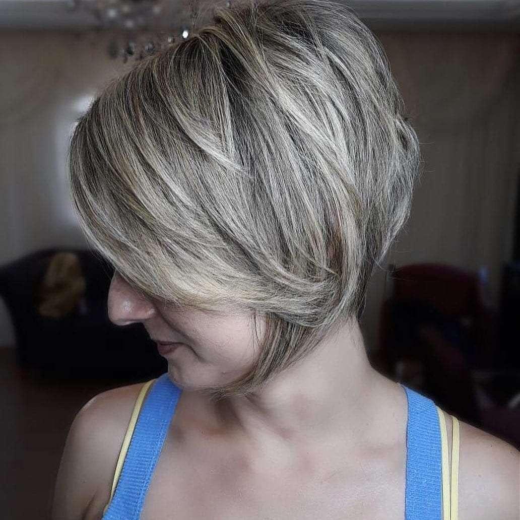 krotkie fryzury z grzywka na bok