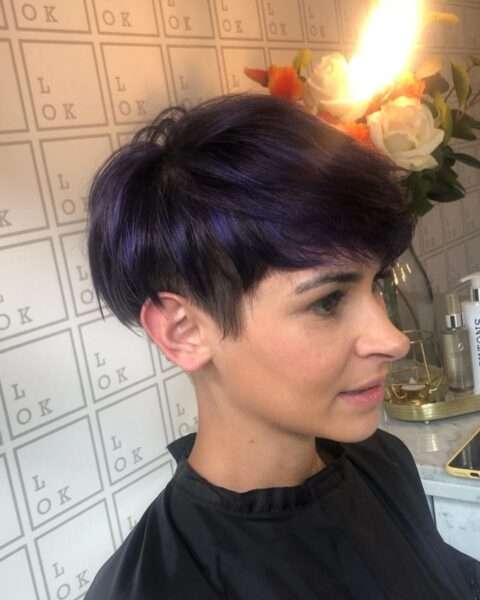 corte de pelo corto en capas oscuras