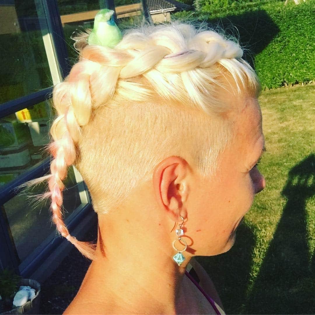 bardzo krótkie fryzury damskie z wygolonymi bokami