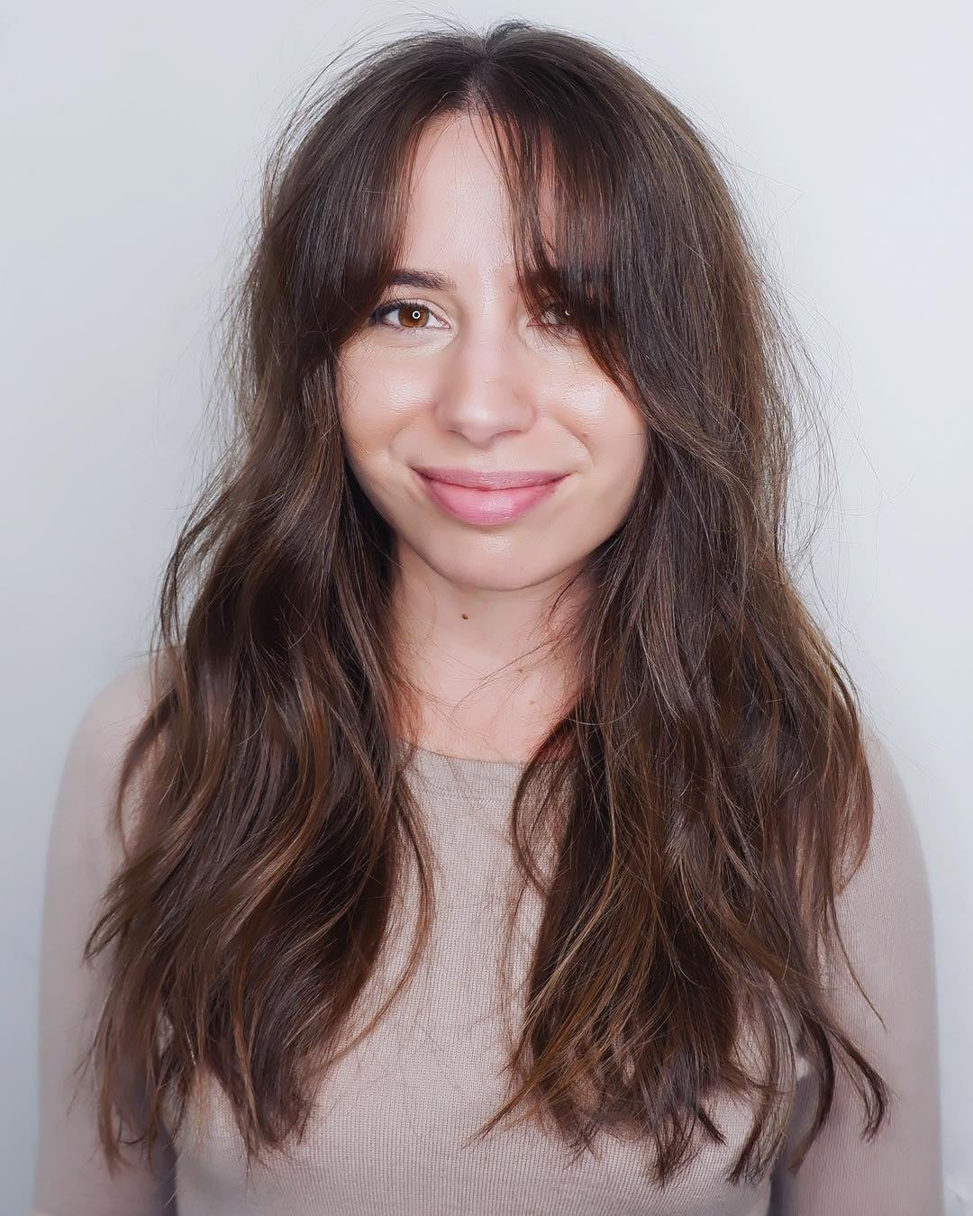 fryzury z grzywką na bok cieniowane długie włosy