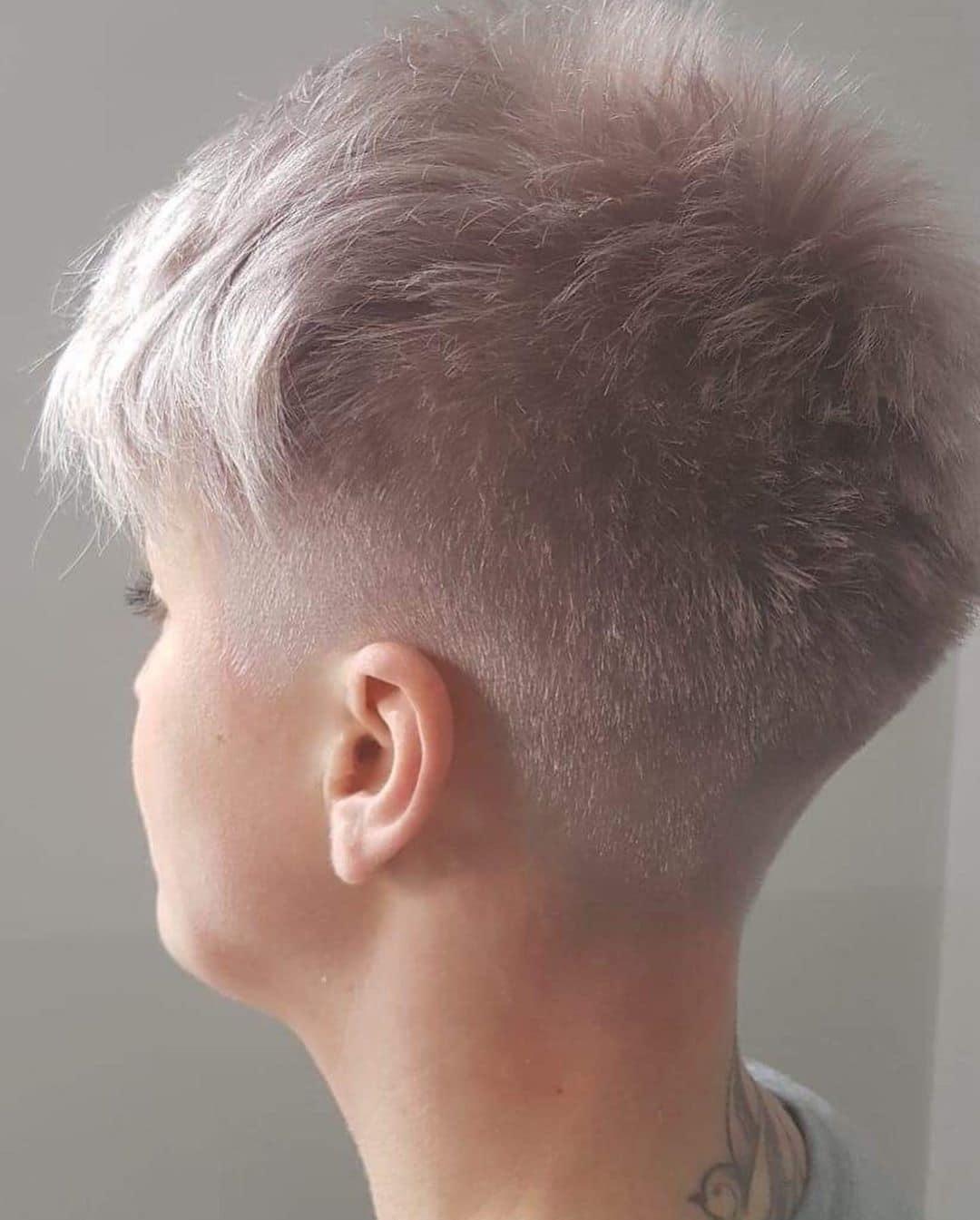 bardzo krótkie fryzury