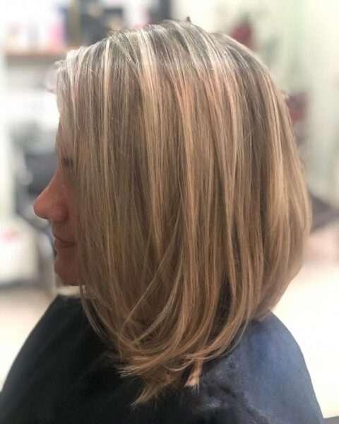 krótkie fryzury blond z grzywką na bok
