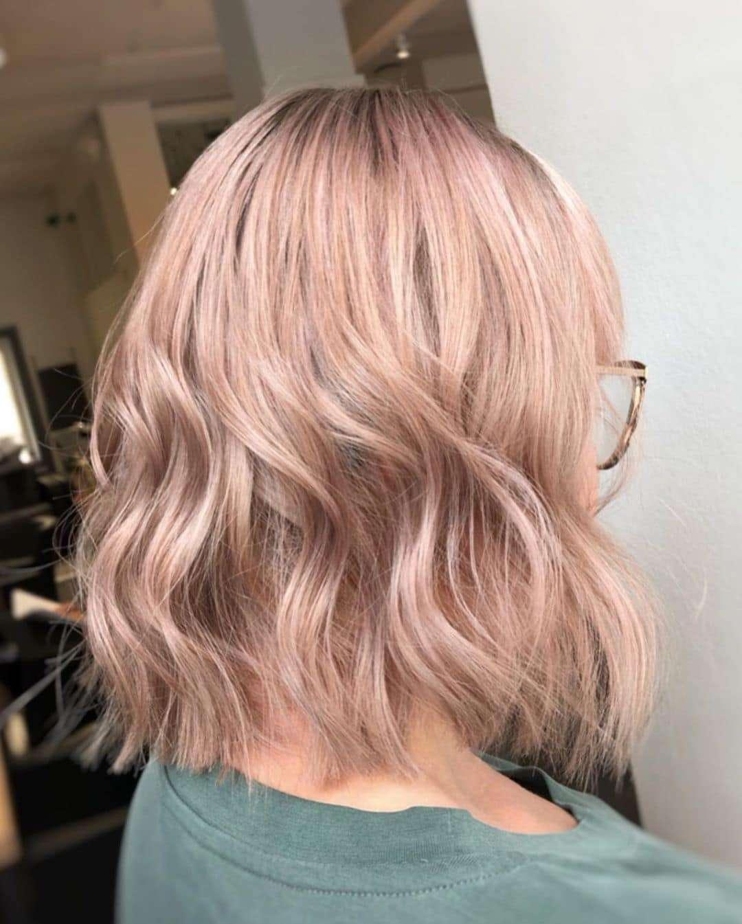 krótkie fryzury blond damskie