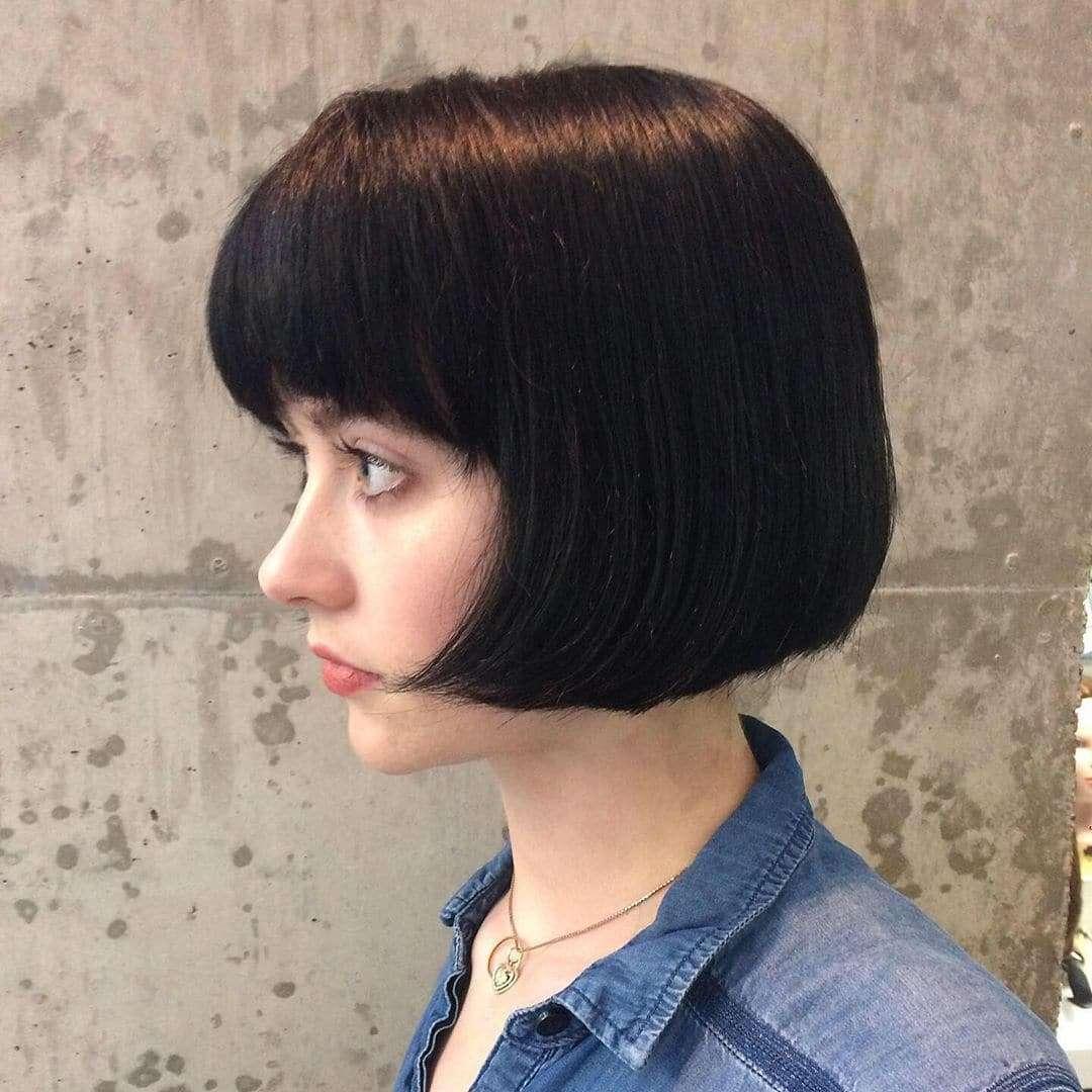 fryzury damskie półdługie proste z grzywka