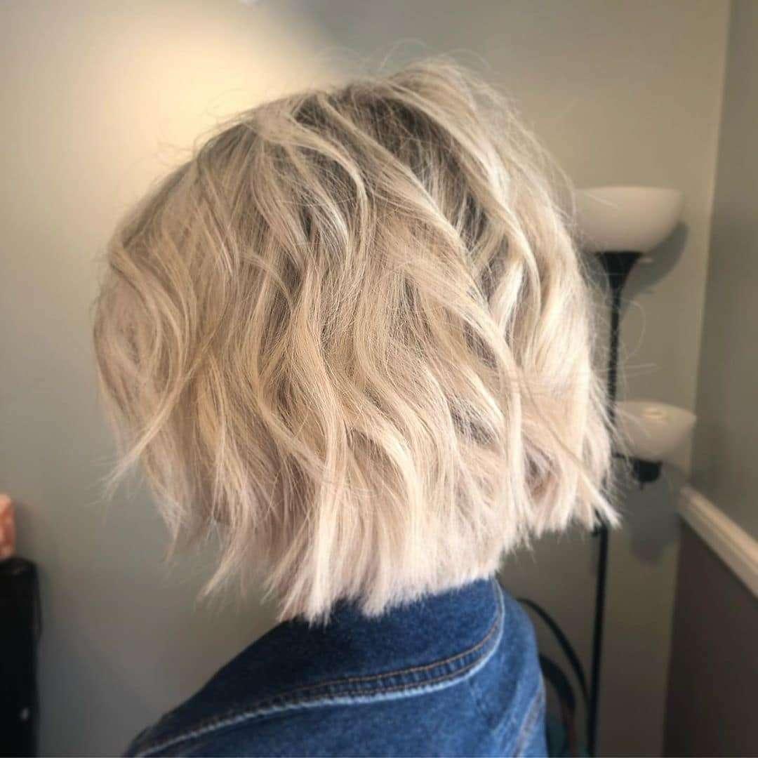 modne fryzury półdługie z grzywką