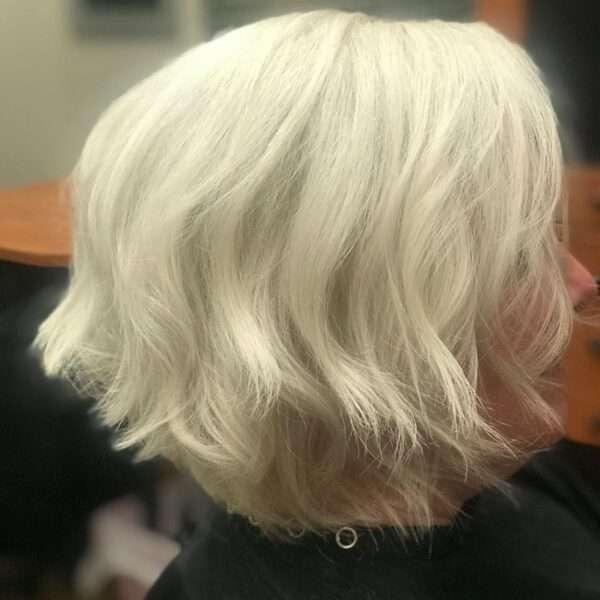 cabello negro texturizado hasta los hombros