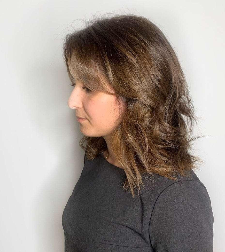 fryzury włosy półdługie z grzywką