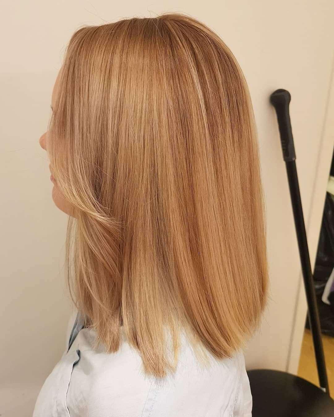 fryzury blond półdługie z grzywką
