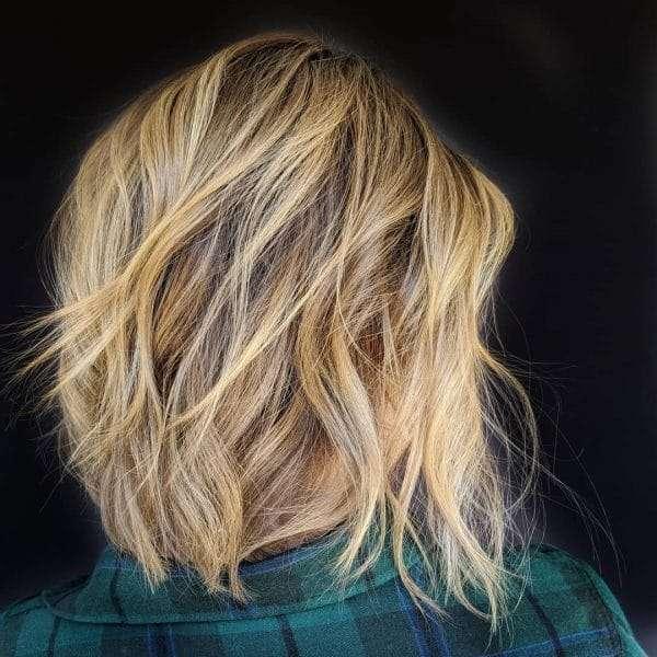 krótkie fryzury blond z pasemkami