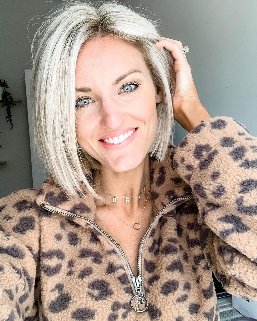 krótkie fryzury blond z grzywką