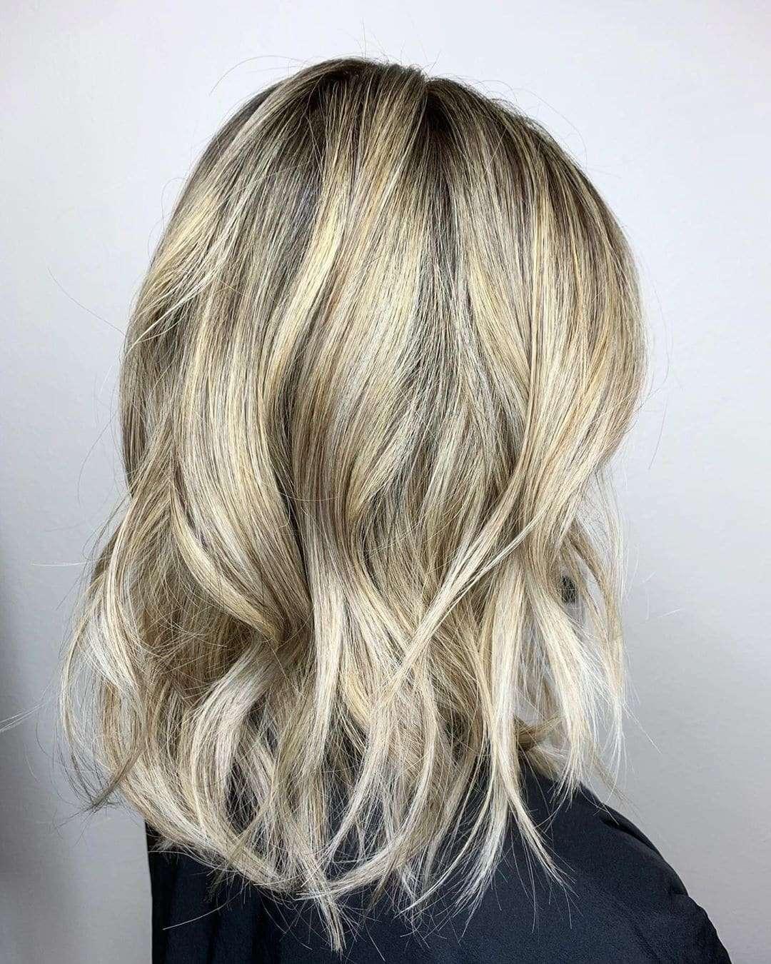 modne krotkie fryzury blond
