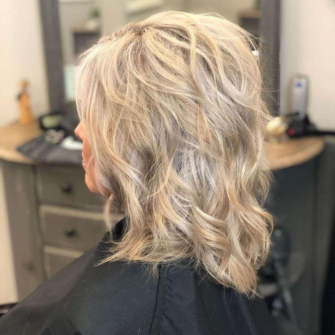 fryzury półdługie włosy do ramion z grzywką