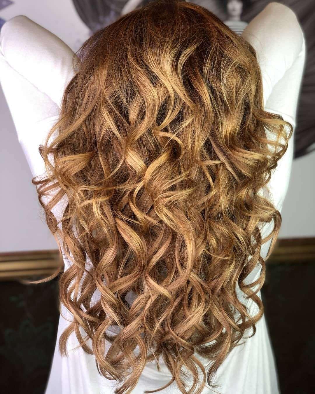 fryzury na wesele długie włosy jako gosc
