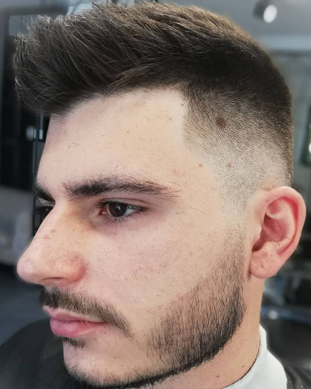 męskie fryzury wygolone boki długie włosy