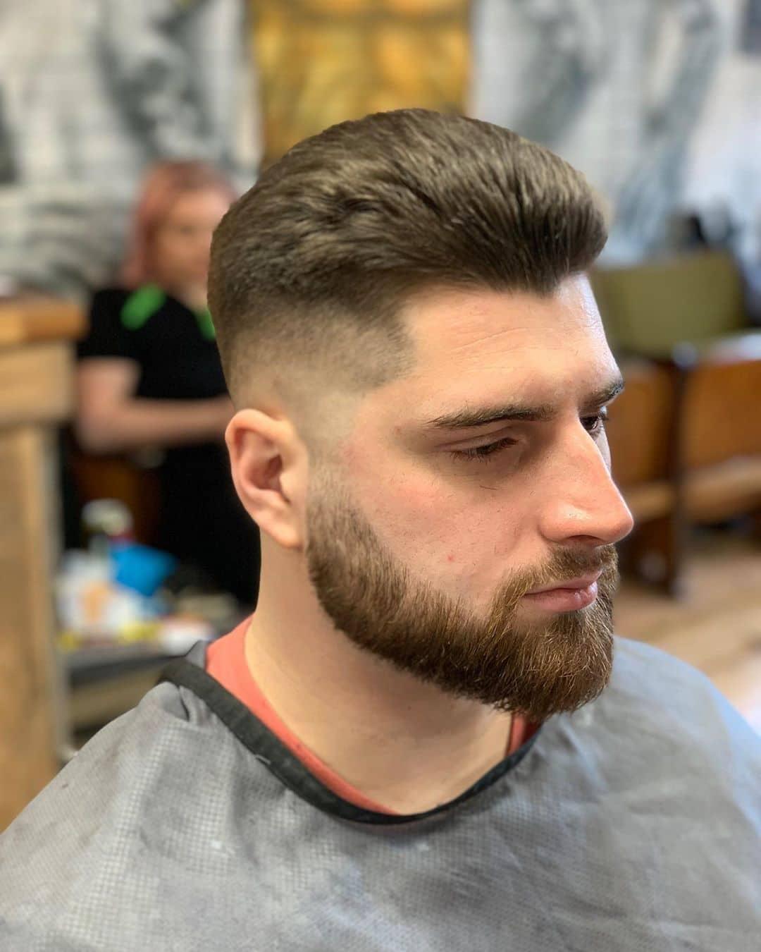 fryzury męskie długie wygolone boki