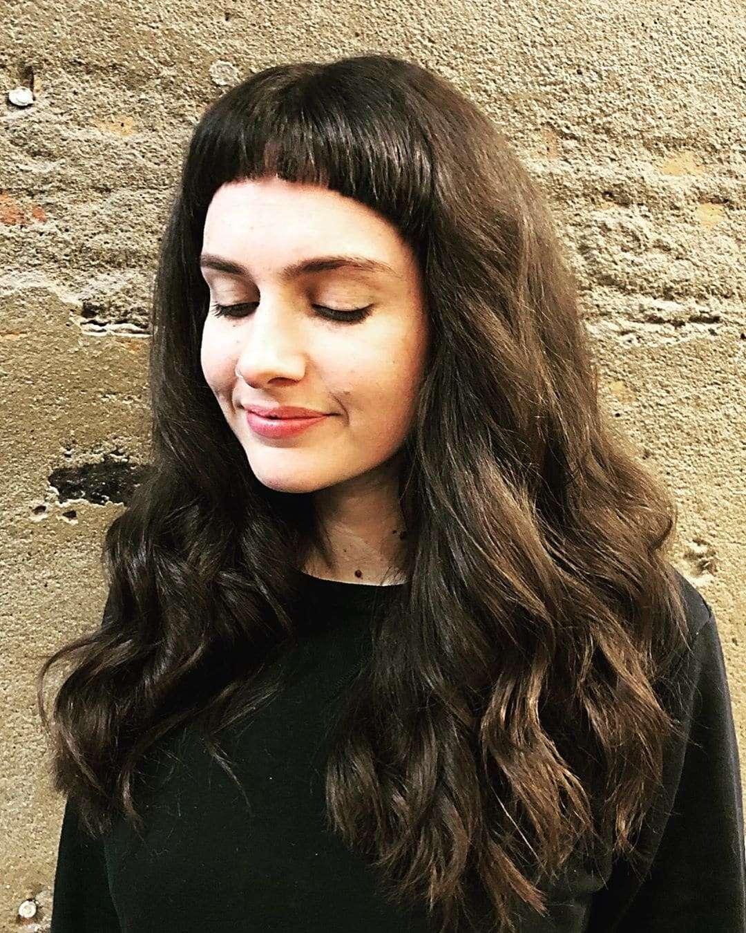 fryzury włosy półdługie falowane z grzywką