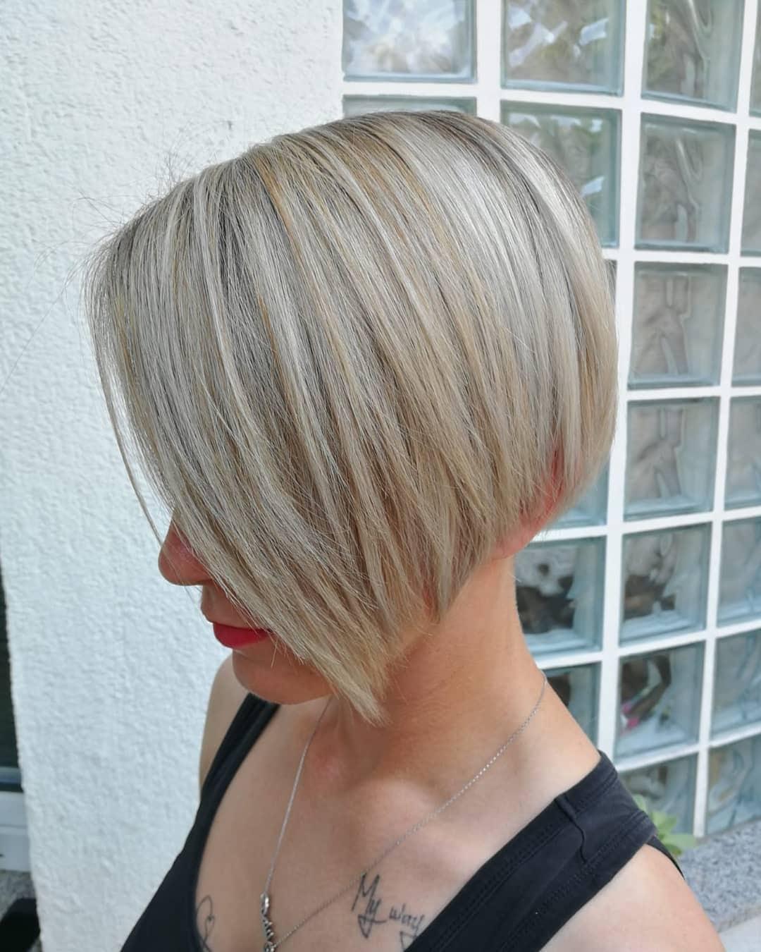 bardzo krótkie fryzury damskie blond