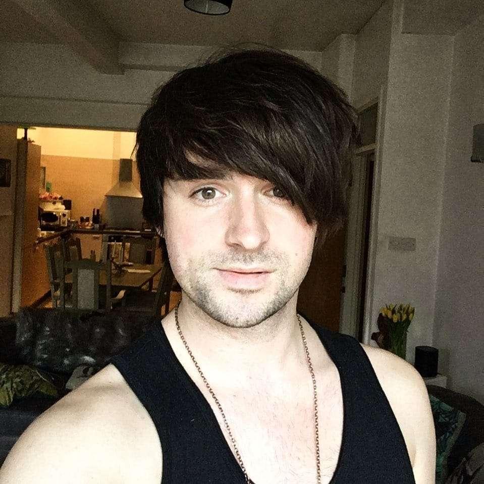 fryzury młodzieżowe męskie z grzywką na bok