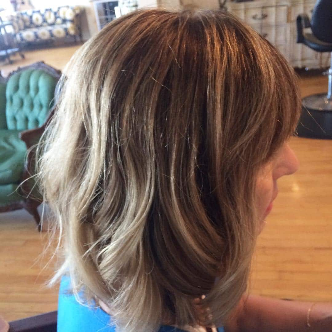 półdługie fryzury z grzywką na bok