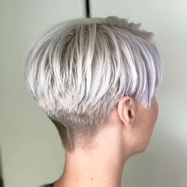 Przydymione białe krótkie włosy
