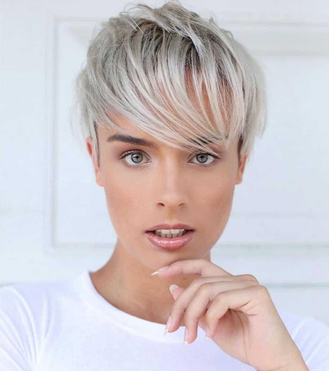 Klasyczny blond pixie dla cienkich włosów