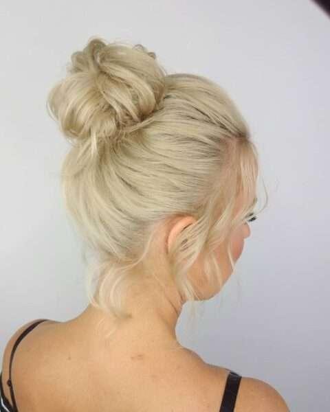 Białe włosy z kokiem na czubku głowy