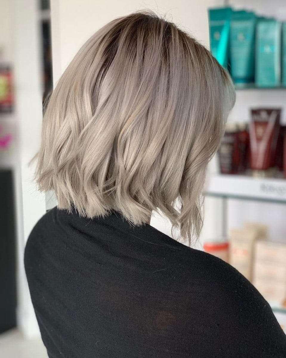 Krótka fryzura w kolorze plażowego blondu
