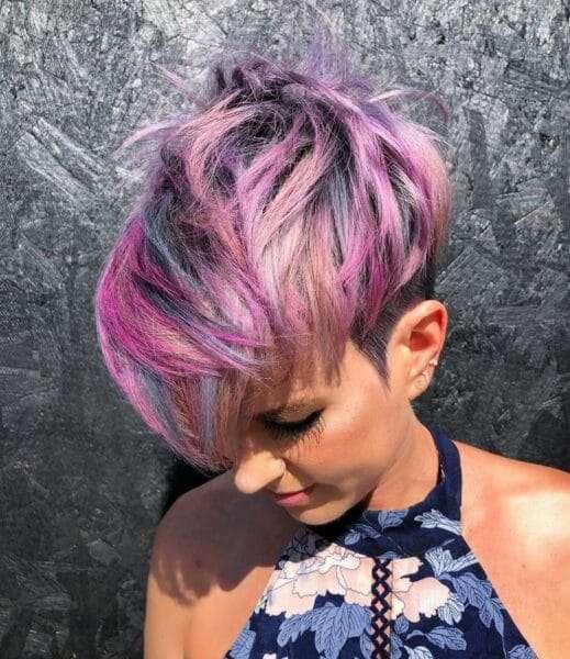 Purpurowy, szary asymetryczny pixie cut