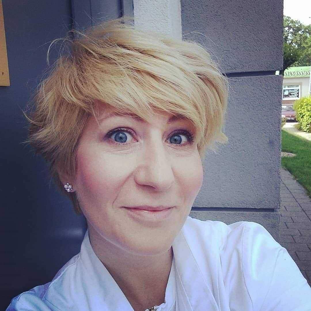 Lekkie, krótkie cięcie w kolorze blond