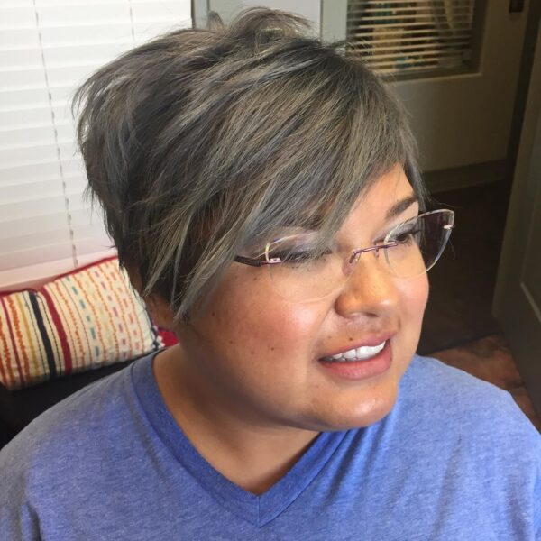Krótkie cięcie z grzywką dla cienkich włosów