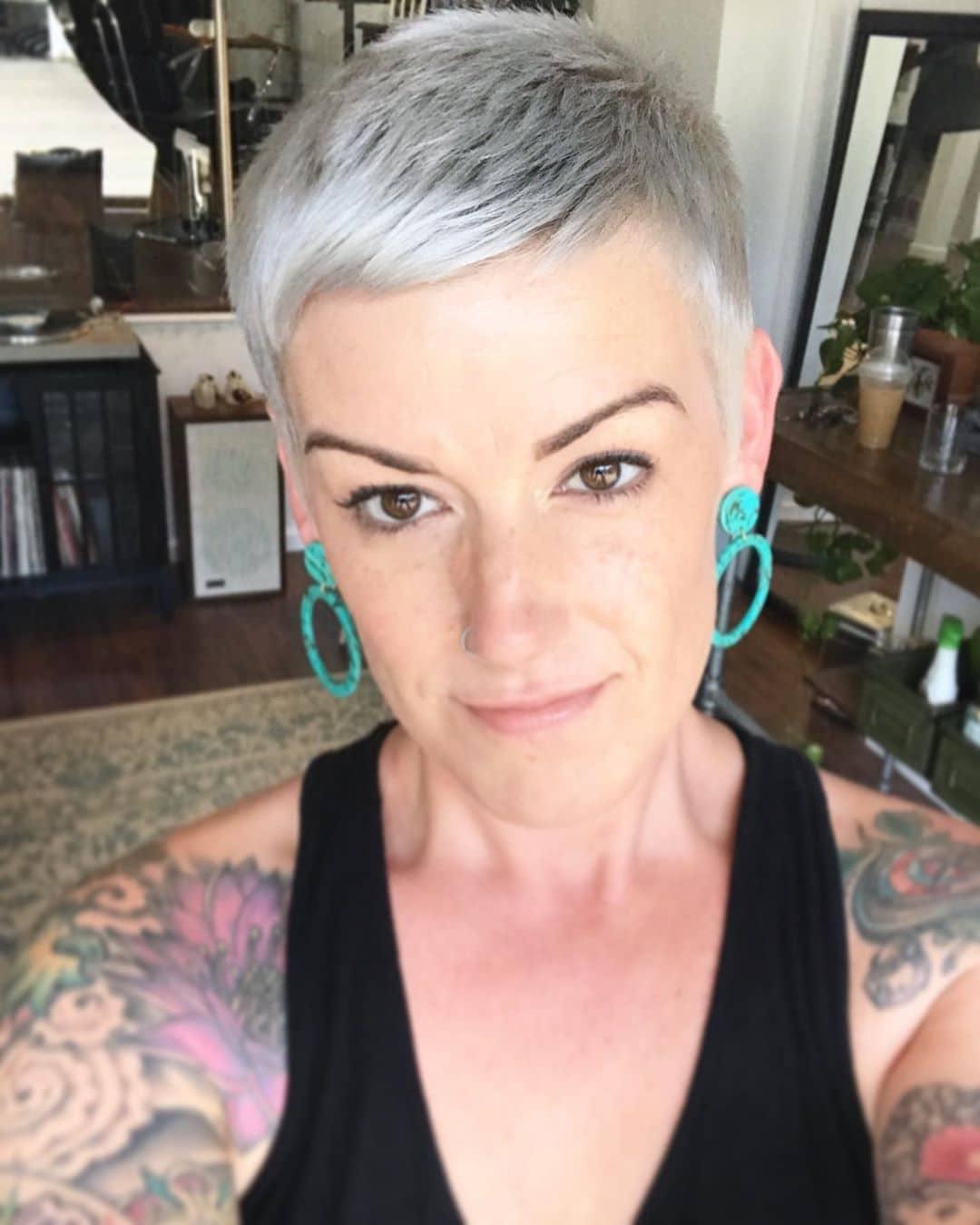 Srebrny pixie cut dla cienkich włosów