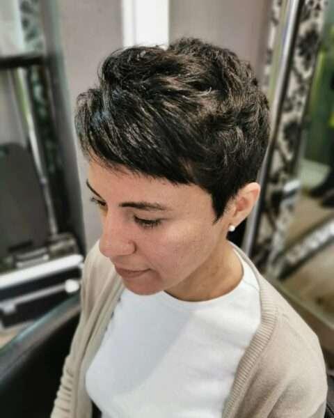 Elegancki pixie cut na ciemnych włosach