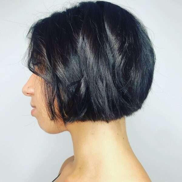 Krótkie włosy z zakrzywioną grzywką