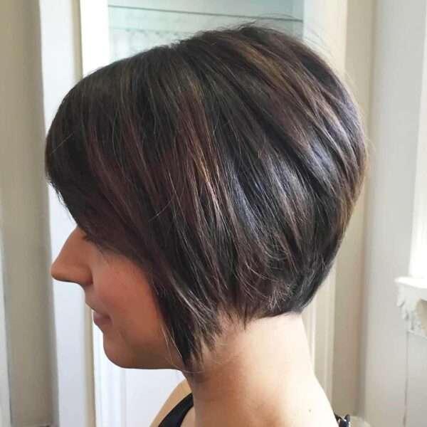 Krótka damska fryzura ze wzorem