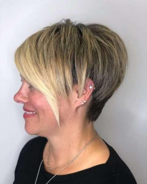 Krótka piórkowana fryzura z pastelowymi pasemkami