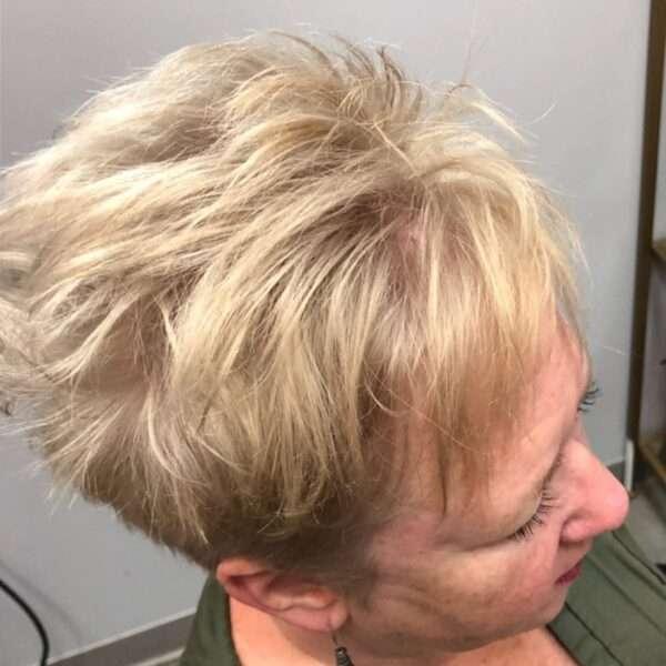 Asymetryczny blond pixie cut z grzywką
