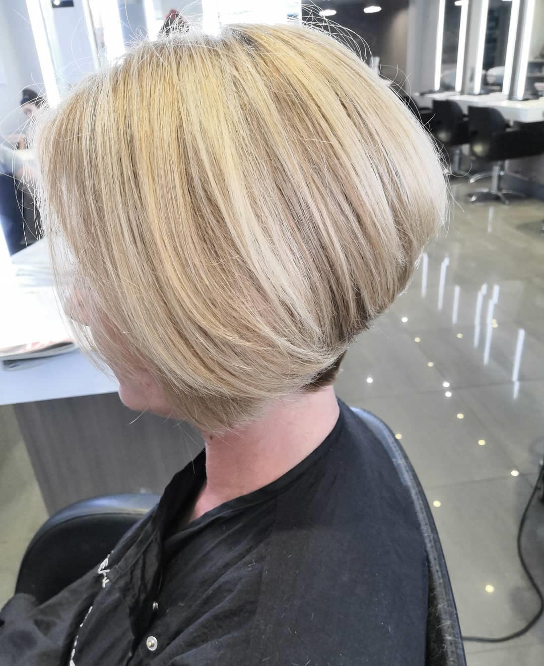 Warstwowy blond bob