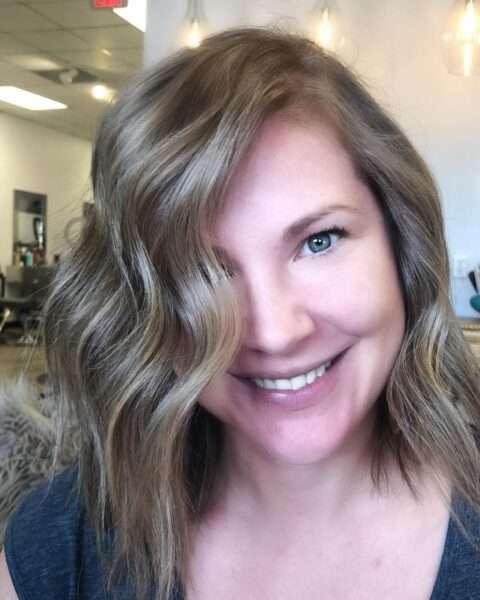 Średniej długości cieniowane brązowe włosy