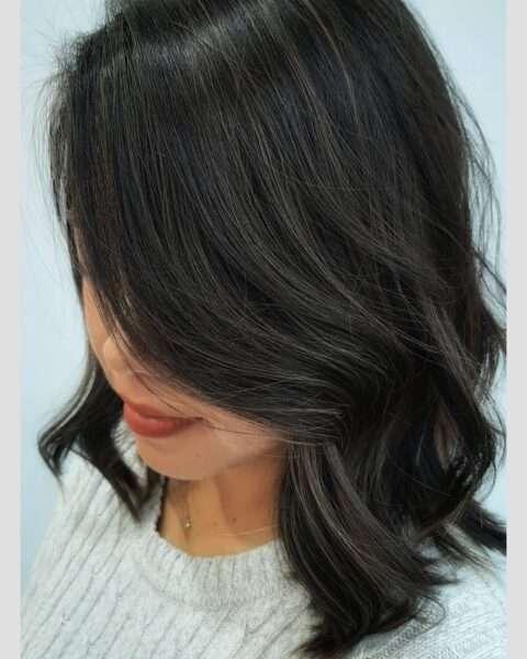 Kręcone włosy z grzywką na bok